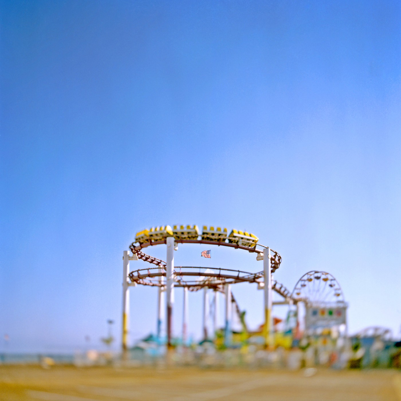 Toni Hafkenscheid, </span><span><em>Roller coaster, Santa Monica, CA, 2004</em>