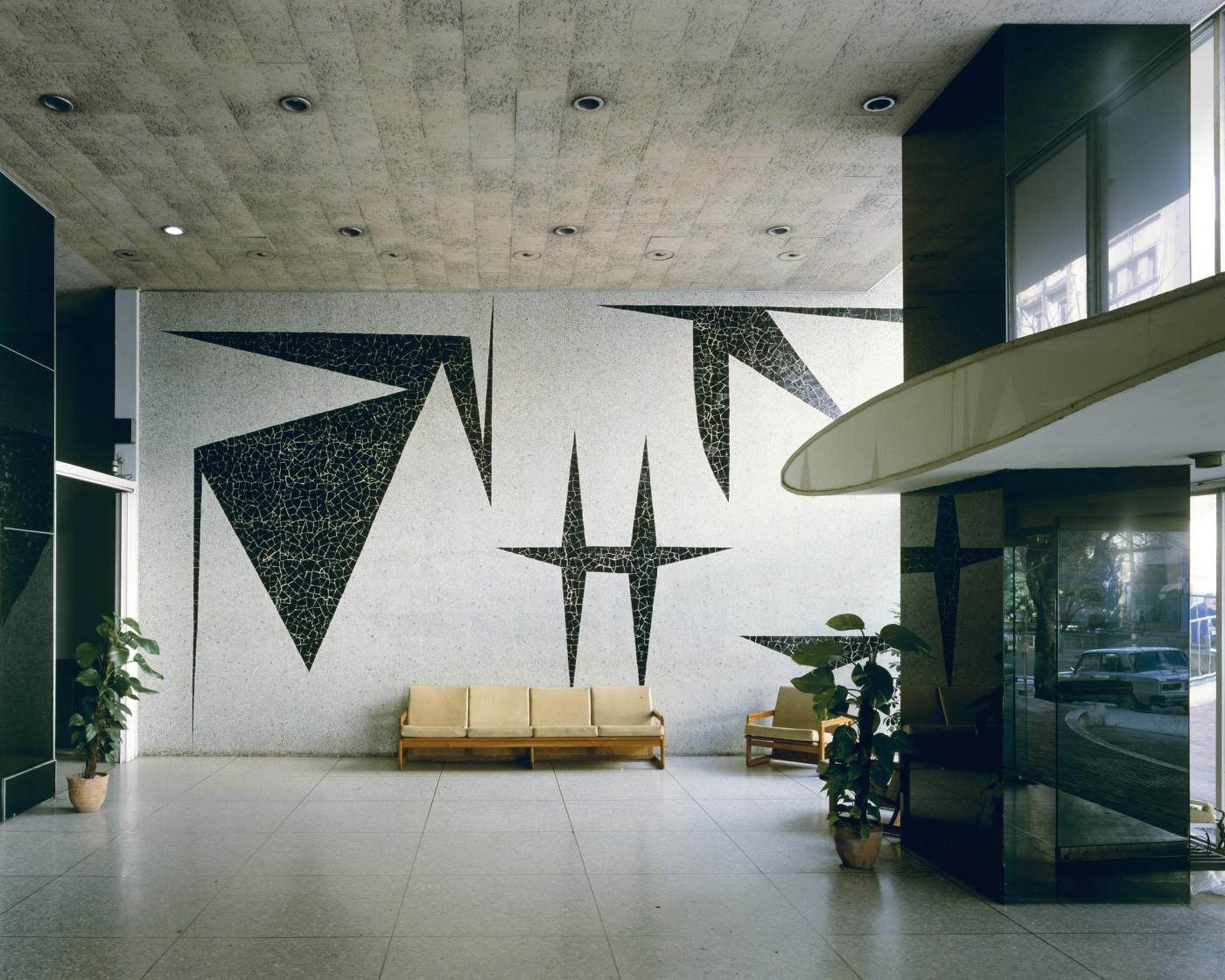 Stan Douglas, </span><span><em>Carlos J. Finlay Scientific Centre/Ministry of Public Health, Vedado, 2004</em>