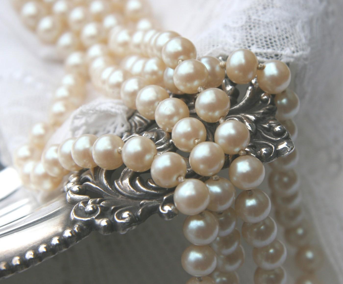 Hyla Wults Fox, </span><span><em>Pearls</em>