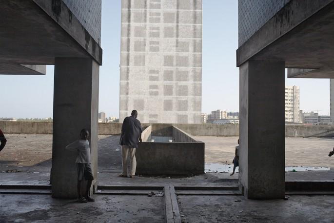 Guy Tillim, </span><span><em>Apartment building, Avenue Bagamoyo, Beira, Mozambique</em>, </span><span>2008 Courtesy of Kuckei + Kuckei, Berlin and Stevenson, Cape Town/Johannesburg