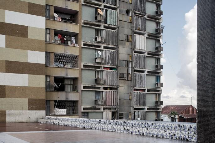 Guy Tillim, </span><span><em>Apartment building, Beira, Mozambique</em>, </span><span>2008 Courtesy of Kuckei + Kuckei, Berlin and Stevenson, Cape Town/Johannesburg