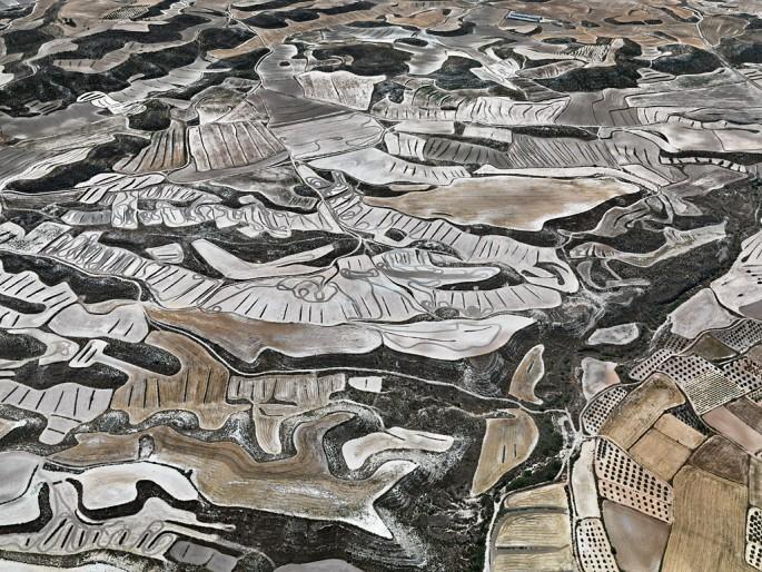 Edward Burtynsky, </span><span><em>Dryland Farming #13, Monegros County, Aragon, Spain</em>, </span><span>2010 Courtesy of Nicholas Metivier Gallery.