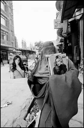 <em>Woman selling glamour magazines. Kabul, Afghanistan</em>, </span><span>2010 ©Larry Towell/Magnum Photos