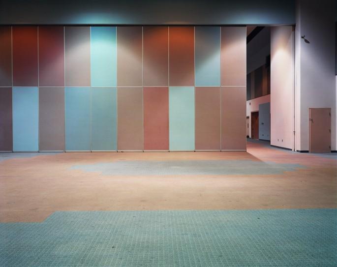 Lynne Cohen, </span><span><em>Hall</em>, </span><span>1999 Courtesy the artist and Olga Korper Gallery, Toronto
