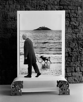 Gilbert Garcin, </span><span><em>Le chien d'Elliott (d'après Elliott Erwitt) - Elliott's dog (after Elliott Erwitt)</em>, </span><span>1995  © Gilbert Garcin / Courtesy of Stephen Bulger Gallery