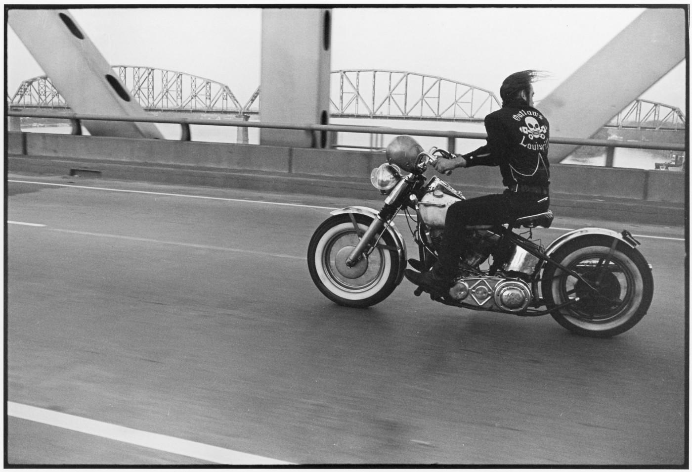 Danny Lyon, </span><span><em>Crossing the Ohio, Louisville</em>, </span><span>1963-1967
