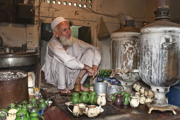 Peter Alberti, </span><span><em>Selling tea, Peshawar</em>, </span><span>2006