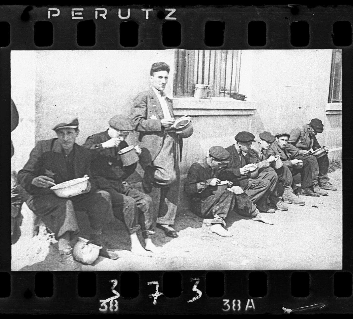 "Henryk Ross, </span><span><em>Lodz ghetto: ""Soup for lunch"" (Group of men alongside building eating from pails)</em>, </span><span>1940-44 Art Gallery of Ontario Gift from Archive of Modern Conflict, 2007 © Art Gallery of Ontario"