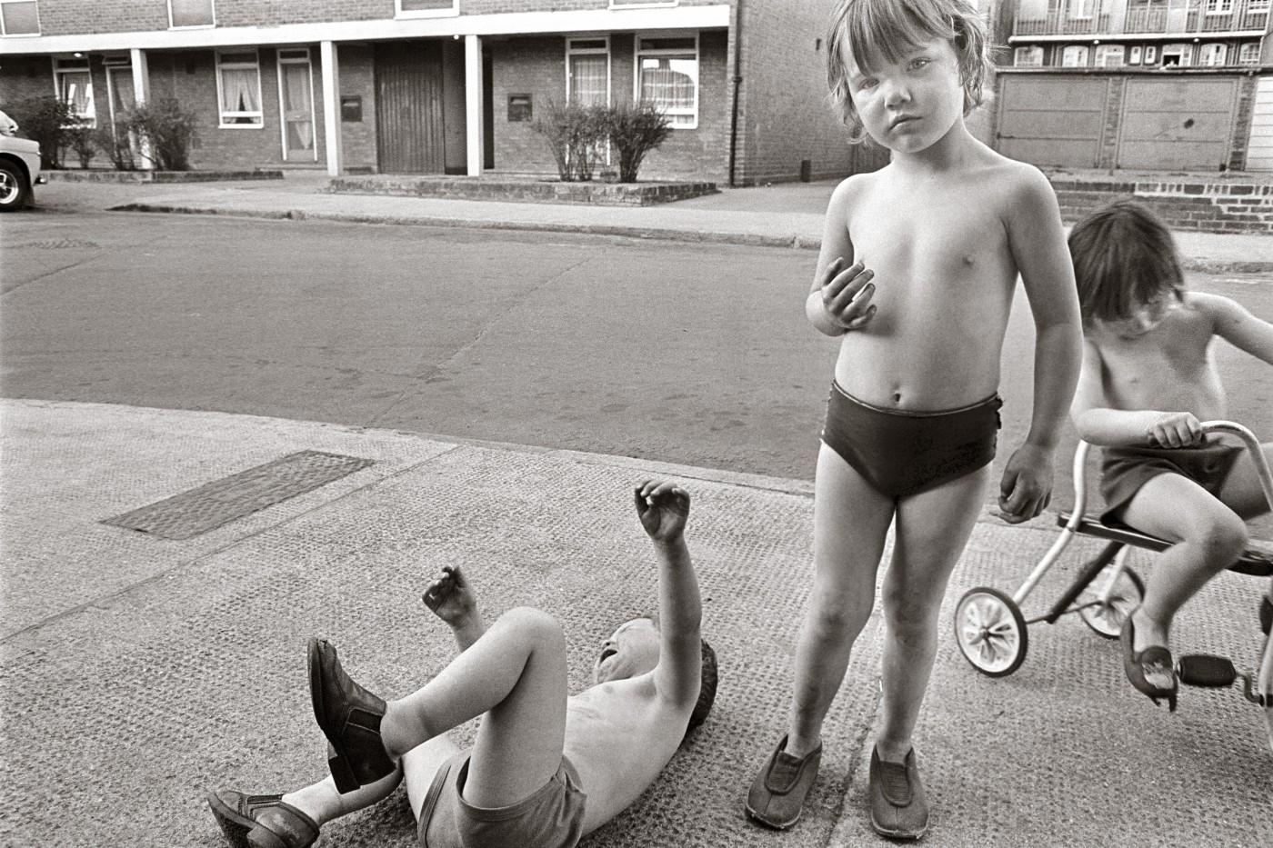 Tony Bock, </span><span><em>Children Playing, Poplar, London</em>, </span><span>1977