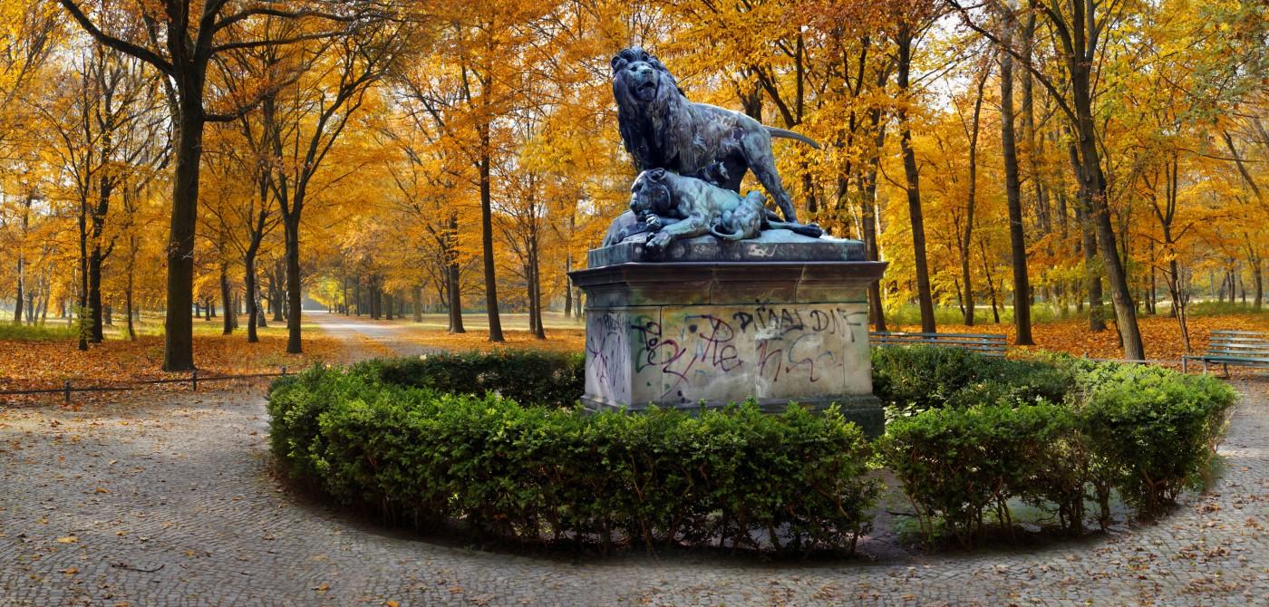 Dan Hudson, </span><span><em>Lions (Tiergarten), Lenticular Photograph, 22x46&quot;</em>, </span><span>2015