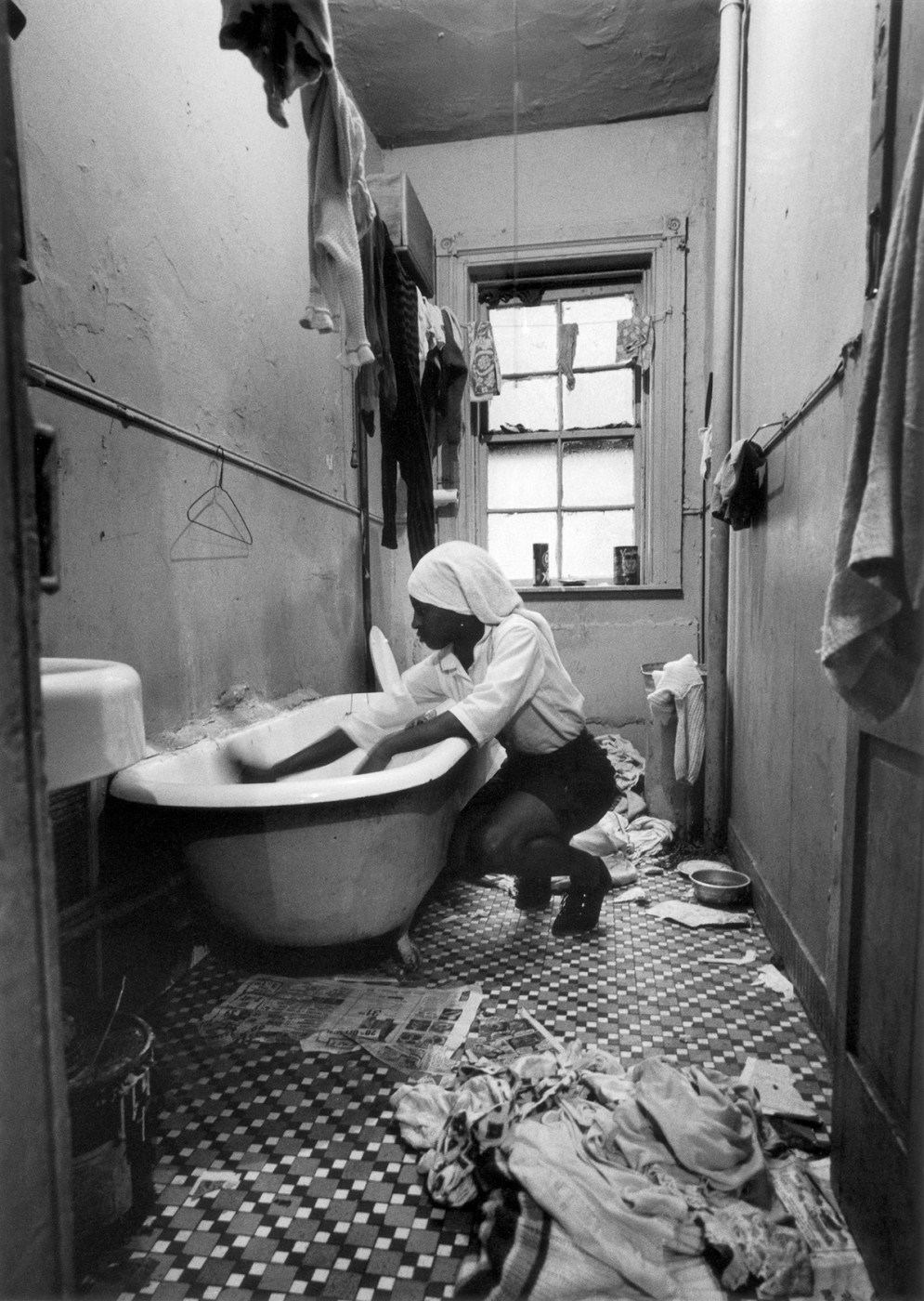 Gordon Parks, </span><span><em>Rosie Fontenelle Cleans the Bathtub, New York</em>, </span><span>1967. Gelatin silver print, 35.6 x 27.9cm. Courtesy of the Gordon Parks Foundation and Nicholas Metivier Gallery. © the Parks Foundation.
