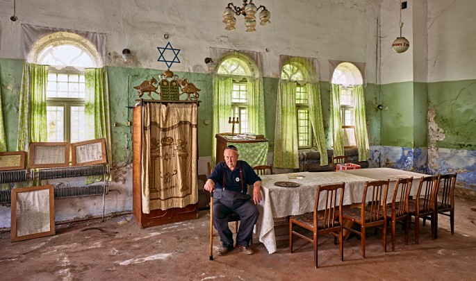 David Kaufman, </span><span><em>Yurij Davidovich in the decaying synagogue of Khotyn, Ukraine</em>, </span><span>2016