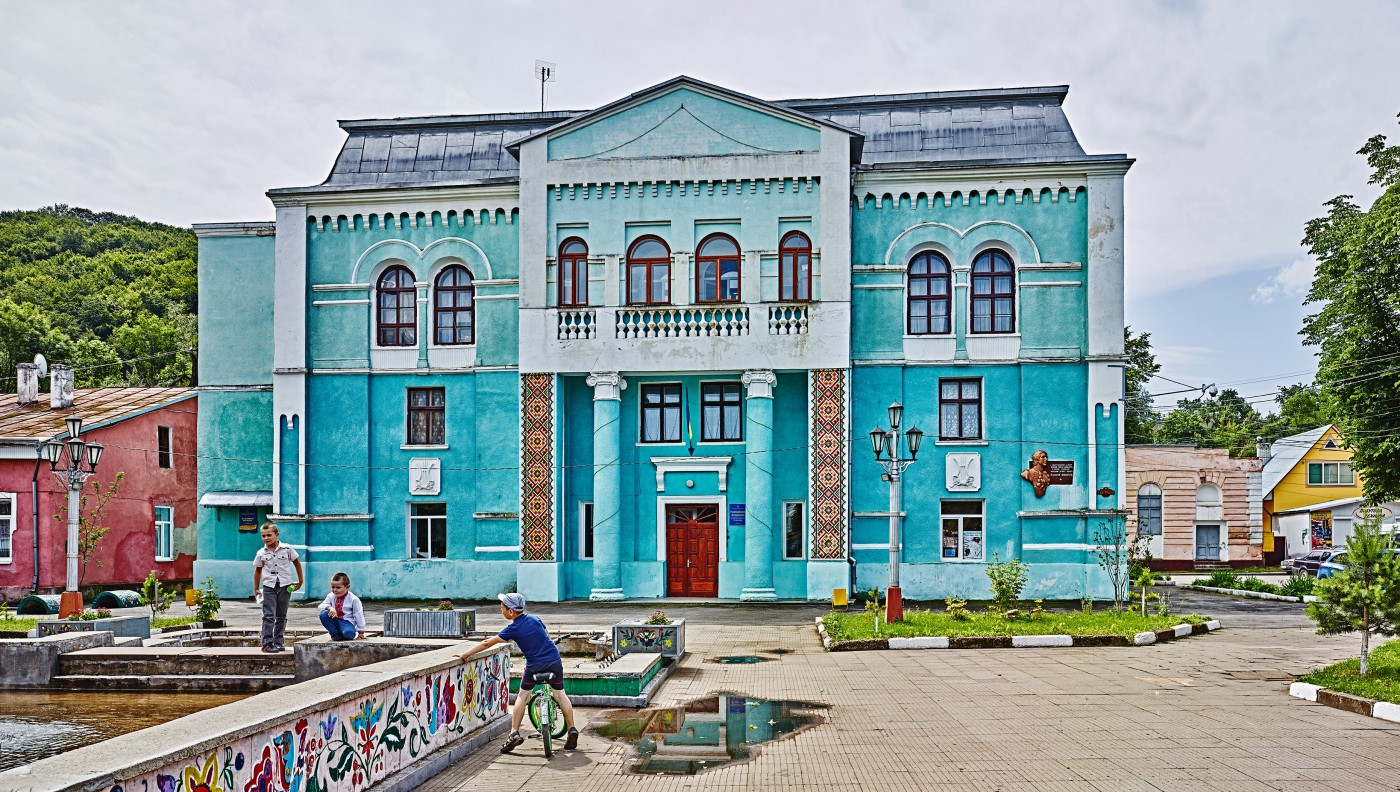 David Kaufman, </span><span><em>The Vyzhntisya Cultural Centre, formerly the town's largest synagogue, Ukraine</em>, </span><span>2016