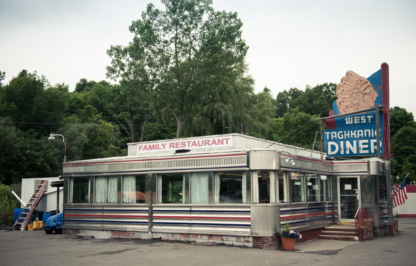 Jordan Nahmias, </span><span><em>West Taghkanic Diner</em>, </span><span>2016, 47 x 31&quot;.