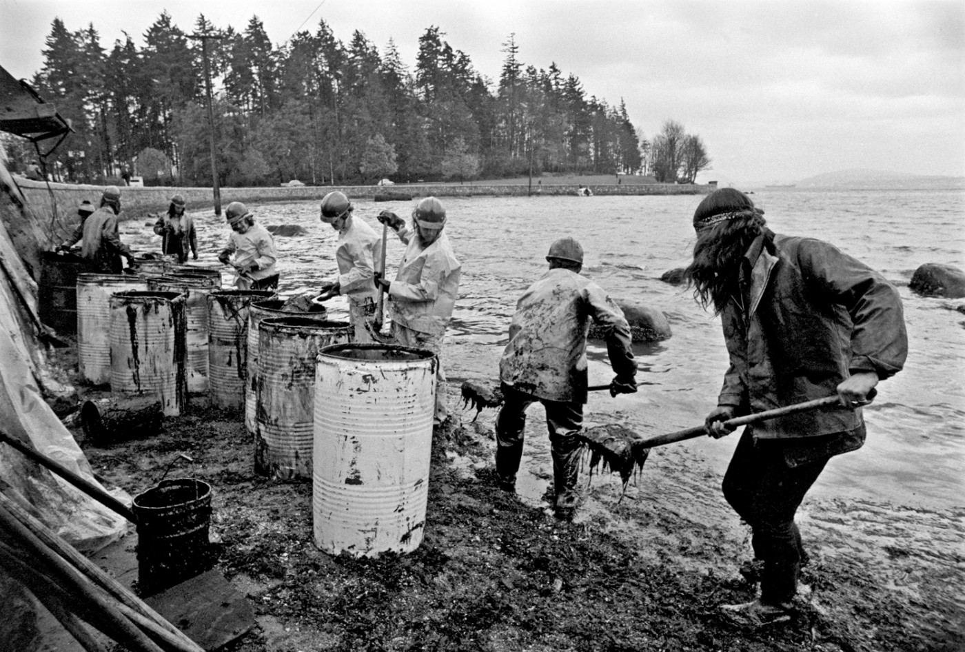 John Denniston, </span><span><em>Improvised oil-spill cleanup at Stanley Park</em>, </span><span>Vancouver, 1973